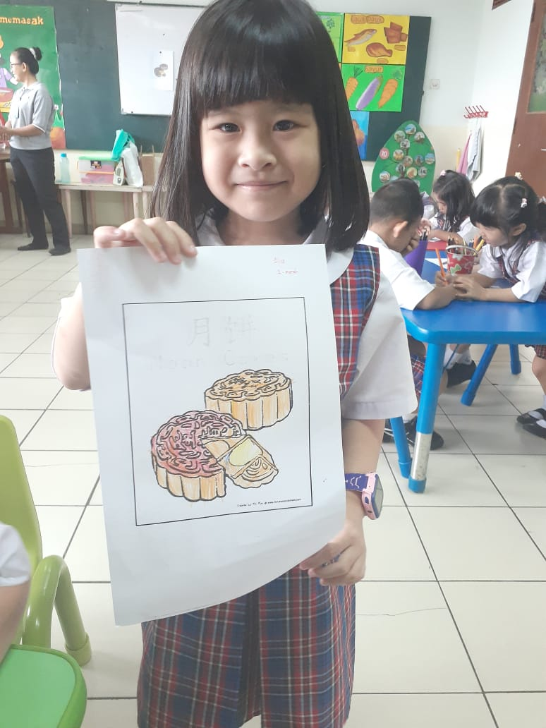 Mewarnai Kue Bulan di TK Regina Pacis, Jakarta